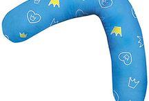 Stillkissen / In dieser Kategorie zeigen wir euch die schönsten Stillkissen aus unserer Suchmaschine von Babycloud. Stillkissen können während der Schwangerschaft zum Schlafen und danach für das Baby zum Stillen verwendet werden. Mit dem richtigen Stillkissen, kann die Stillzeit sehr angenehm für Mutter und Baby gestaltet werden. In unserem Ratgeber findest du außerdem spannende Hinweise, wie du das richtige Stillkissen findest und auf was du beim Shopping achten solltest. Stillkissenbezüge gibt es auch!