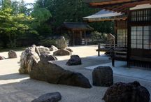 Ogrody japońskie / Ogrody japońskie to nie tylko interesująca kompozycja, to również treści znaczeniowe i symbolika religijna. W triadzie elementów kamiennych dobranych odpowiednio pod względem kształtu i różniących się pomiędzy sobą wysokością najwyższy symbolizuje Niebo, średni Człowieka, najniższy zaś Ziemię.