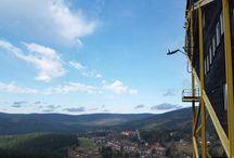 Bungee Jumping z TV věže v Harrachově / Bungee Jumping Harrachov je jediným místem v České republice, kde si můžete skočit Bungee Jumping po celý rok od ledna až do prosince. Přijeďte za námi na Televizní věž rozhodčích u skokanských můstků K120 a K180 v lyžařském areálu Harrachov u čtyřsedačkové lanovky na Čertovu Horu 145 metrů nad městem Harrachov. Chcete vědět víc? http://www.impresio.eu/zazitek/bungee-jumping-harrachov