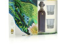Johnnie Walker Green Label. Diageo's 'Artist Series' 2017 / High quality rigid board was used to construct the pack, and premium pearlescent paper stock wraps both the outer flap and the inner box. Inside, the bottle of whisky and two tumblers are held in a colour-matched inner fitment.