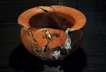 """Joyería. Artesanía de Tenerife / Claudia Kurzweil: """"La Artesanía es pensar, es jugar, es crear con tus manos. Es una forma de expresarte e innovar. Es moverme a mí y al mundo con cabeza, manos y corazón"""". Angela Ponce es una artesana a quien la inquietud por el diseño se despertó desde temprana edad, según manifiesta """"desde niña me gustaba investigar con todo tipo de materiales, y probar las inmensas posibilidades que me ofrecían para crear cualquier cosa"""". Con quince años se inició en diversos oficios..."""