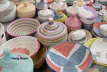 Artesania de Africa - cestas hechas a mano de Senegal / Cestas, bandejas y recipientes hechos a mano bajo el Comercio Justo en Senegal y otros países africanos. Cada pieza es única e irrepetible. Contacta para más información.