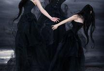 Gewoon mooi en strak. Soms dark soms gothic. / Strak, soms zwart