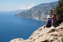 Montañismo en Creta / Números: ¿Sabías que Creta tiene 3 cordilleras, 400 gargantas, 4.500 cuevas y más de 50 cumbres de más de 2.000 metros? Ideal para el senderismo, entre parajes inhóspitos, gargantas exuberantes y el premio de ver a un lado el mar Egeo y al otro el mar de Libia.