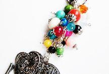 LaBransoletka...Galeria Biżuterii Autorskiej... / Witam w Zaczarowanym Świecie Hand Made ...przedmiotów  pięknych, bajecznie kolorowych, energetycznych i wyjątkowych. Królują rzemienie, tkaniny, łańcuchy ,kamienie  naturalne, ozdoby i zawieszki . Wszystkie cudeńka powstały z mojego zamysłu...są wykonane bardzo starannie z dbałością o każdy szczegół.  Drobiazg cieszy oko a całość duszę raduje.....to myśl przewodnia mojej twórczści.