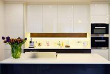 Moderní kuchyně / Moderní kuchyně HANÁK představují aktuální trendy v moderním bydlení. Zákazníci zde najdou jednoduché, elegantní a často nadčasové kuchyňské sestavy.