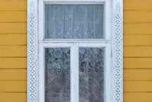 Резные наличники на окнах / В старину резным наличникам приписывалась и магические свойства. Считалось, что обрамление окна определенной формой планки защищает от сглаза и служит своеобразным оберегом. Поэтому в причудливых узорах просматривались различные фигуры и растения, носящие конкретную смысловую нагрузку.