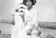 Otma sesión en blanco y negro / Las Grandes Duquesas Olga, Tatiana, María y Anastasia con vestidos blancos y adornos negros
