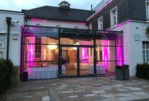 """Der """"Große Saal"""" / Mit 220m² Fläche, 7 m Höhe, der kompletten technischen Ausstattung in Bezug auf Licht, Ton & Projektion, flexibler Galabestuhlung & mobilen Bühnenelementen ist der Große Saal auch für Ihre Feier ausgestatten. Großer-Saal-Hochzeit-VillaMedia-Foto-VillaMedia-VB- Die 8 Hochleistungsbeamer mit Spiegelobjektiven und eine neuartige LED-Beleuchtungsanlage ermöglichen es, den Raum jederzeit und in sekundenschnelle in seiner ganzen Atmosphäre und Stimmung nach Ihren Wünschen zu gestalten. Eine einzigartige Inszenierung, die Ihresgleichen sucht.Der-Saal-Festsaal-Hochzeitssaal-Eventlocation-Location-mieten-Veranstaltungsraum-Wupertal-Duesseldorf-Koel-Mettmann-Velbert-Ennepetal Das einmalige Ambiente des Großen Saales biete Raum für alle Anlässe, die einem ungewöhnlichen und feierlichen Rahmen verdient haben. Er ist ein fantastischer Veranstaltungsraum für Ihre Hochzeitsfeier oder die Geburtstagsfeier. Als exklusiven Eingangsbereich steht Ihnen derDer Glaskubus-1 GlasKubus zur Verfügung mit Soundanlage, Klimaanlage und Fußbodenheizung. Die besondere Architektur und Beleuchtung sind ein echtes Highlight am Tage sowie am Abend."""