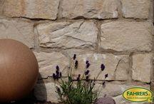 Mauern gestalten / Ob optisch schöne Stützmauern, gemütliche Sitzmauern oder Mauern um Ihr Grundstück einzurahmen. Mauern können beliebig angelegt werden, sei dies geradlinig, geschwungen, seitlich abgestuft oder mit Pfeilern und Türmchen versehen.
