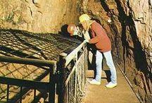 Besucher-Bergwerke / Enge Stollen, fahles Licht. Es ist kühl. Und feucht. Hier haben vor vielen, vielen Jahrzehnten Männer mit harter Arbeit Wege durch den Fels gehauen. Ob Schwarzwald, Elsass oder die Pfalz: Bergwerke sind ein spannender Ausflug in eine andere Welt. Und immer einen Ausflug wert.