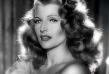 Rita Hayworth / Rita Hayworth (born Margarita Carmen Cansino, New York, October 17, 1918 - May 14, 1987) was an American actress of Hispanic-Irish descent who peaked in the 1940s and became an eternal myth of cinema. The most famous star of the decade and one of the most desirable and famous women in the world was consolidated by starring, at the height of her beauty, the classic noir Gilda (Gilda, 1946).