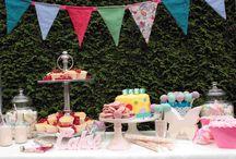 Sweet table & Candy bar / Ein Tisch mit vielen, kleinen Sweets.