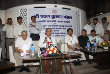 Shri Pawan Kumar Bansal at the launch of the wiFi facility / Shri Pawan Kumar Bansal at the launch of the wiFi facility Mr Nirav Dave explaining the working of the WiFi
