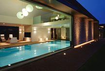Binnenzwembaden / Een binnenzwembad vormt een persoonlijke oase van rust en ontspanning tijdens het gehele jaar. Terwijl het buiten slecht weer is kunt u rustig blijven genieten van uw binnenzwembad. In de ruimte van het zwembad wordt er vocht geproduceerd.  Daarom moet de ruimte ontvochtigd worden.  Een ontvochtigingstoestel is dus van groot belang om het gebouw te beschermen, maar ook om een aangenamer klimaat in de ruimte te creëren, perfect om urenlang in te vertoeven.