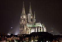 Catedral de Colonia , una joya gótica / La arquitectura gótica se desarrollo en Europa occidental durante los últimos siglos de la Edad Media hasta el Renacimiento,y puso especial énfasis en la ligereza estructural y la iluminación de las naves del interior de los edificios. Se desarrollo fundamentalmente en la arquitectura religiosa. Su subestilo es el neo-gótico.