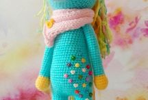 Muñecos y su ropa decorados con botones