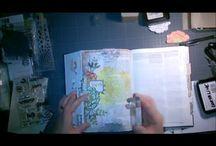 """I ❤ """"My Bible Art Journaling"""" / Bible art journaling - Mixed média sur une page de bible avec marges (Bible expliquée - Alliance biblique universelle)"""