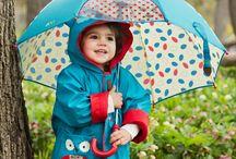 Zile ploioase colorate / Cand vremea e mohorata, copiii ne coloreaza ziua cu zambete! :)  Noi ii ajutam sa ramana veseli cu umbrelute si pelerine simpatice!