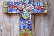"""Cruz, """"Cruce"""" / A cruz é um dos símbolos humanos mais antigos e é usada por diversas religiões, principalmente a católica, embora nem todos os cristãos a usem como símbolo."""