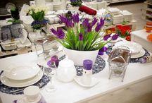 Fioletowy czar / Wiosenna kompozycja z fioletowymi dodatkami, to idealna propozycja na przyjęcie, podwieczorek lub rodzinny obiad. Zastawa w klasycznej bieli do tego stylowe podkładki oraz kolorowe szkło w głębokim fioletowym kolorze. Idealna, świeża kompozycja, która sprawdzi się w jasnych wnętrzach.