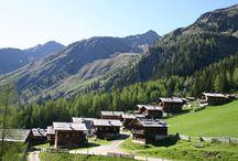 """Herz-Ass-Villgratental & Region Osttirol / Sie bildeten schon immer ein Herz – die 50 mächtigen Gipfel, die das abgeschiedene Villgratental mit seinen Bergsteigerdörfern Außer- und Innervillgraten seit jeher scheinbar liebevoll umschließen. Wirklich erkennen kann man das aber nur aus der Vogelperspektive. Damit sich niemand verläuft, ist die legendäre 6-Tages-Route, die unter den Einheimischen bisher als Geheimtipp gehandelt wurde, jetzt durchgängig ausgeschildert. Für """"jedermann"""" sozusagen."""