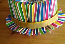 hoed / Neem  twee stukken papier van 30 cm bij 70 cm vouw een rand van 6cm en een rand van 10 cm om, aan de 70 cm kant, dan heb je een lange strook van 70x 14 cm, maak