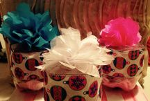 Cajas de galletas de Material Reciclable / Esta hecho de un envase de refresco con listones y flores de tela