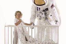 OUTLAST- materiał z kosmosu! / Czy ktoś już słyszał o materiale OUTLAST rodem z NASA? Zapewne nie liczni. Ale na pewno nie jeden chłopiec marzył by zostać astronautą. Skąd to powiązanie?Materiał OUTLAST wykorzystywany jest do budowy kombinezonów dla kosmonautów. OUTLAST u nas można znaleźć w pięknej pościeli, praktycznych śpiworkach do fotelika i kocykach. Misja Outlastu: *przeciwdziałanie przegrzewaniu i wychładzaniu *wsparcie procesu rozwoju naturalnej odporności i termoregulacji