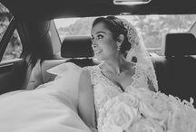 """Blanco Romantisismo / Un romántico """"Cielo de Flores"""" que enmarcarían el momento de la ceremonia. El camino al altar se decoro con faroles rústicos para crear un contraste con la delicada composición floral. Vale anotar que toda la decoración se realizo solamente en tonos blancos y beige, ya que a la novia no le gustaban los follajes verdes en los arreglos florales."""