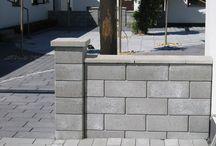 Hagemur IGLO / IGLO er et mursystem med hule blokker og søylesteiner for vertikale og dobbeltsidige murer. Blokken har en sterk låsning med not og fjer i kortsidene. Sammen med armering og fylling kan du bygge høye frittstående murer. Ettersom blokkene er hule, er de lette å løfte. Som avslutning på mur og søyler brukes valmede topplater. Fronten er glatt og rett med en tydlig markert fas. Sammen med armeringsjern bygger du lett en mur som passer også i mer krevende sammenheng.