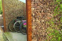 Fahrrad und Mülltonne