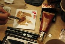 Dekorative Kosmetik / Wir haben von Kopf bis Fuß garantiert das richtige Produkt. Geniale Highlights aus dem Beauty-Mekka, wie BB Cream, Tube Mascara oder Cushion Compacts gehören ebenso zu unserem Sortiment, wie farbenfrohe Liptints und kanllige Nagellacke.