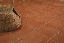 Carrelage terre cuite exterieure / Les terres cuites de sol sont adaptés pour l'extérieur. Non-gélive et antidérapante, les tomettes sont agréables sous le pied.