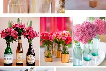 Vasos de flores, garrafas e caixas