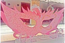 Cumpleaños Sofia / En el cumpleaños de Sofia, hicimos un taller de mascaras venecianas, así que montamos un candy bar con una mascara veneciana gigante y al lado el rincón fotográfico, todo en un entorno muy romántico y dulce!