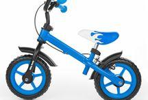 Egyensúlyfejlesztő fémvázas futóbiciklik gyerekeknek / Ha a futóbiciklivel kezdi gyermeke a tanulást szinte biztosan elkerülheti a kitámasztós verziót! Gyermeke előbb tanulja meg az egyensúlyozást mint a tekerést ezért sokkal biztosabban fog átülni a nagyobb bicajra. A futóbicikli kényelmes markolatának és ülésének köszönhetően élvezet a gyakorlás.