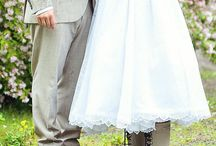 Dame i brudekjole med gummistøvler på