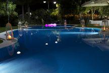 La nuova piscina del Blue Marlin Club / Aperta recentemente, la nuova piscina del Ristorante Blue Marlin Club è estremamente elegante e raffinata. Un bellissimo angolo che, al calar della sera, con i suoi colori e i piccoli allestimenti che la impreziosiscono, rendono l'atmosfera ancora più suggestiva e i Vostri eventi una volta di più memorabili...