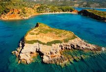 Αλόννησος - Alonnisos / Η Αλόννησος είναι το πιο απομακρυσμένο νησί του συμπλέγματος των Βορείων Σποράδων και το μοναδικό κατοικημένο στην κυρίως περιοχή του Εθνικού Θαλάσσιου Πάρκου Σποράδων, που δημιουργήθηκε το 1992. Αποτελεί καταφύγιο σπάνιων πτηνών και κυρίως της μεσογειακής φώκιας Monachus - Monachus. Τα διάφορα χωριά, οι μοναδικές και ποικιλόμορφες παραλίες, η ιστορία και οι δραστηριότητες που έχει στη διάθεσή του ο επισκέπτης σφραγίζουν μία από τις καλύτερες διακοπές που μπορεί να επιλέξει κάποιος.