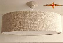 Loungelampen im Kingsizeformat  100 cm Durchmesser / Erhaben und elegant wirken die grossformatigen Pendelleuchten im Kingsize Format. Sie übertragen die Harmonie aus Form und Farbe und der Schönheit des Stoffes auf die Umgebung. Die Leuchten sind mit einem Lichtdiffusor und einem passenden Baldachin ausgestattet.