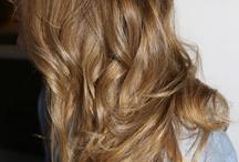 Średni złoty blond