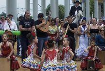 Mayo festivo en Córdoba / Córdoba se viste del color de los geranios, gitanillas y claveles durante el mayo festivo para celebrar la festividad de las Cruces de Mayo, la Batalla de la Flores, la Romería de Linares y el Concurso de Patios, Rejas y Balcones. Como colofón a cinco largas semanas de festejos, se celebra la Feria de la Salud, que tiene lugar en el recinto ferial de El Arenal.