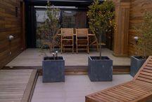 Reforma de terraza con tarima de madera y vallas en casa particular