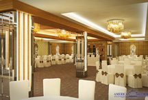 Salon New York - American Ballroom / Cu o suprafață totală de 300 mp și cu o capacitate maximă de 150 de locuri la mese, Salonul New York oferă un spațiu special conceput pentru organizarea evenimentelor de amploare și, totodată, de clasă. Salonul New York este locul în care stilul, luxul, rafinamentul și eleganța se îmbină armonios, transformând un simplu eveniment într-unul memorabil.