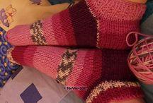 SOCKI KÄSINNEULOTUT VILLASUKAT / Cindyn neulomia villasukkia lankana vaihtelevasti kuvioitu Adlibris Socki-lanka, joka on konepestävää superwash villalankaa pölyamidilla vahvistettuna. Villasukissa saattaa olla osia neulottuna Seitsemästä Veljeksestä. Villasukat syntyvät neuloosin vallassa elävän ompelijan tuotoksina tauoilla ja päivän ompelutöiden jälkeen.