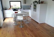 Parquet cuisine / Du parquet dans votre cuisine ? Bien sûr, voici nos idées de parquet massif ou contrecollé pour les cuisines.