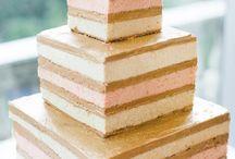 """Kek Çıplak! / """"Geleneksel düğün pastalarında sıkıldım farklı alternatifler peşindeyim"""" diyorsanız size sesleniyoruz; bu kekler çıplak! Sade ve şık görünümlü Naked Cake'ler sağlıklı beslenme trendinin de etkisiyle son zamanlarda oldukça popüler. Naked Cake'leri düğününüzün olduğu mevsime de uyum gösterecek hale getirebilirsiniz."""