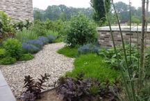 moderne cottage tuin met moderne pergola