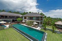 Bali Villaları / Bali muhtemelen dünyanin en büyüleyici adalarindan biridir. Endonezya'da ki 13.000 adadan biri olan Bali, dünyanin en popüler ve ilginç turizm mekanlarindan biridir.   Bali ile ilgili bazi bilgiler: Bali batidan doguya 140, kuzeyden güneye 80 km olmak üzere toplam 5620 km kare bir alan kaplamaktadir. Güney kisimlari sahil boyunca beyaz, yumusak kum ile dolu iken bati, dogu ve kuzey kisimlari siyah yumusak volkanik kumlarla doludur.